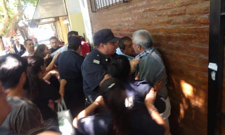 Distrubios entre vecinos y la policía en el Concejo Deliberante de Ituzaingó al comienzo de la sesión 4