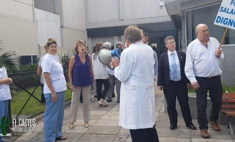 Protesta de médicos de la clínica Modelo de Morón por mejoras salariales 1