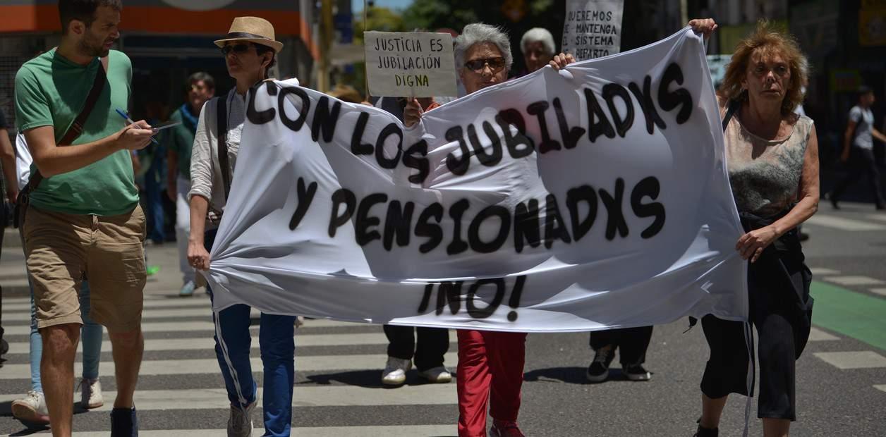 Brutal ajuste a jubilados, pensionados y beneficiarios de programas sociales: les quitaron un beneficio 4