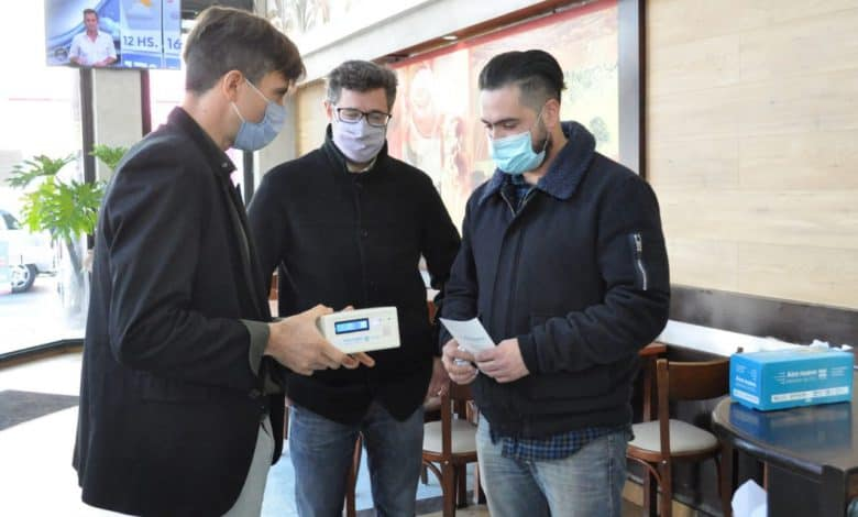 Se entregaron medidores de dióxido de carbono en diferentes comercios de Morón 1